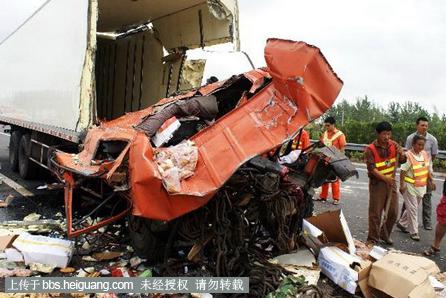 沈海高速盐城段发生重大车祸 现场惨烈图片