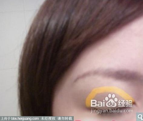 淡妆眼影的画法,为了能够凸显出简洁效果