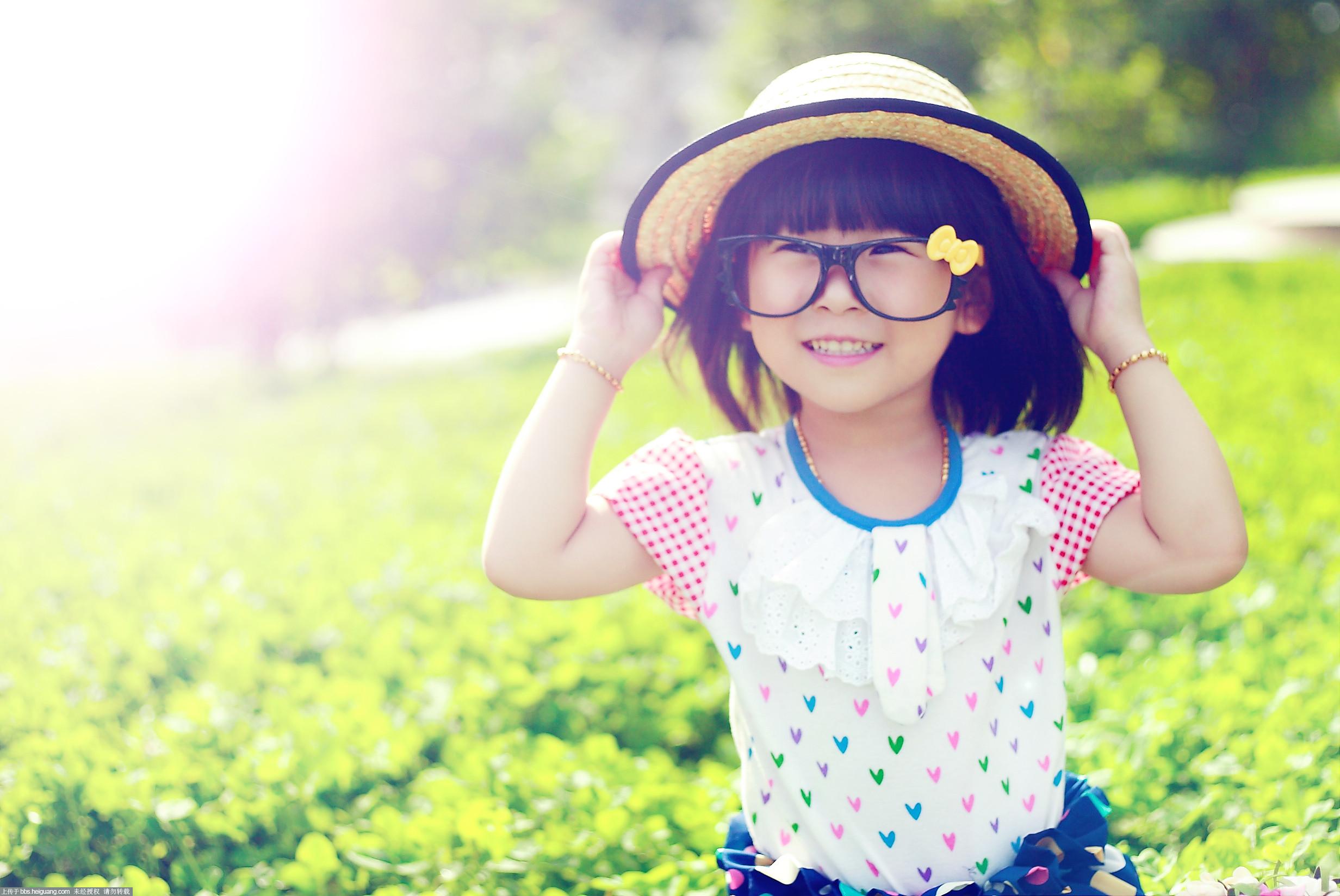 阳光可爱的小孩
