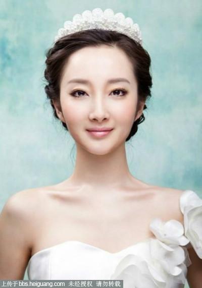 新娘要根据结婚场合、婚纱礼服造型来挑选一款新娘头发造型.