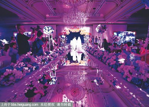 全场灯光和交响乐气势的婚礼进行曲把整场效果烘托到