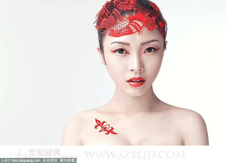 创作机构:深圳福田巴黎世纪经典婚纱摄影 巴黎世纪经典婚纱摄影的化妆师运用独到的中国红和剪纸艺术结合,打造有中国时尚的创意新娘妆面造型