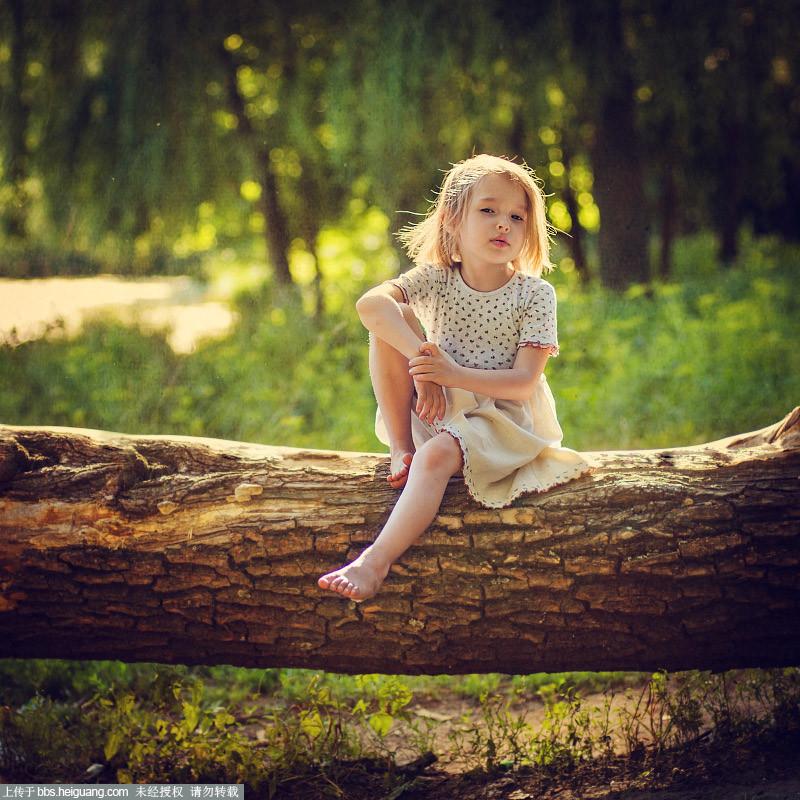 """一组来自俄罗斯摄影师Elena Yaschenko的清新风格国外儿童摄影作品。这位Elena Yaschenko似乎专拍小萝莉写真,她的作品中模特全部都是女孩。这些儿童摄影作品大多造型简约、构图简单直白、风格清新自然,作为一种国外的儿童摄影模版来说堪称典范。个人也很喜欢她的作品,经常搜罗一些她的作品用作调色练习。相较于国内很多后期复杂,造型华丽的作品,这样的作品,更加还原更加自然,作为可复制的儿童摄影模版也更加合适。 一束花,一个眼神,一抹微笑,便将人带入了那个童真而唯美的世界。 [[img ALT="""""""