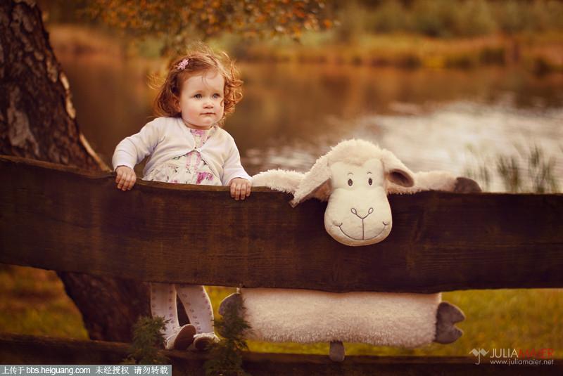 儿童摄影图片中的可爱小绵羊.jpg