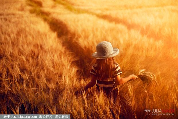 """清新风格在儿童摄影行业里越来越受追捧和欢迎,很多走起了街拍韩日风,田园欧美风等等不同儿童摄影图片的风格。这次继续分享来自儿童摄影师Julia Maier的一组暖色调的温馨田园风儿童摄影作品。Julia Maier生于1983年,现年29岁,特别的钟情于田园和室内主题。虽然已是将近""""女人一枝花""""的年龄,她的儿童摄影图片却依然不失童真温馨。[[img ALT="""""""" BORDER=""""0"""" SMILIEID=""""soso_e113"""" src=""""http://simg."""