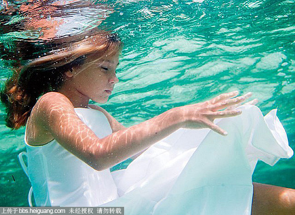 你可否想想过,儿童摄影作品,也可以搬到水下进行创作?之前跟大家分享过一组来自摄影师Elena Kalis的水下儿童摄影图片,不过图太多了,传不完就分部分来了。 自从近几年水下的人像摄影流行起来以后,越来越多的工作室和影楼也开始加入到水下摄影的行列中。不过目前国内的水下儿童摄影作品创作暂时好像还没有首例。 不过这也是必然的,毕竟水下的儿童摄影图片拍起来可不像成年人的写真和婚纱摄影那么轻松,考虑到国内儿童摄影方面商业环境影响比较大,很多家长和摄影师都不敢动辄轻易尝试这么冒险的玩法所以就先分享国外的先例大