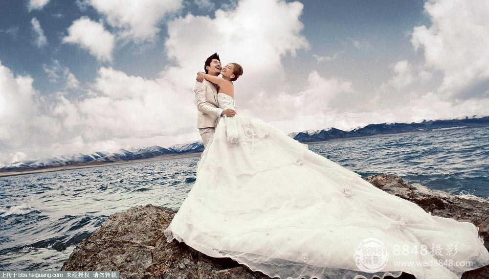 很多新人对于西藏的了解仅限于贫穷、落后,所以第一感觉,一定会认为成都的婚纱摄影影楼一定会比西藏的婚纱摄影影楼落后,拍摄效果也一定没有成都的婚纱摄影影楼好!其实西藏婚纱摄影与成都西藏婚纱摄影相比,发展较晚,但是西藏婚纱摄影凭借着世界上独一无二的自然风格和特殊的藏式文化,发展迅速。成都无疑是旅游胜地,婚纱照拍摄景点非常的多,但是相较于西藏婚纱照来说,西藏的拍摄景点除了拥有像成都一样的风景秀丽的景色以外,还拥有很多西藏藏式特殊的建筑和文化,能为新人的婚纱照更添一抹神秘的异域色彩。如果新人到现在还不知道选择西藏婚