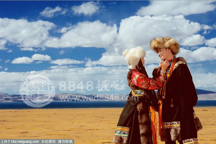 还记得当时选择去拍西藏婚纱照的时候,不管是身边的朋友,还是自己的家人都非常的不理解。好好的本地婚纱照不拍,为什么拍个婚纱照还要去西藏呢?或许,自己是太任性了!选择西藏婚纱照,一方面是觉得西藏非常的特别,我不要自己的婚纱照与身边的朋友拍的婚纱照一样,所以选择去拍西藏婚纱照;另外一方面的原因,当然是想看看布达拉宫什么的了!于是就毅然决然的选择了拍西藏婚纱照。