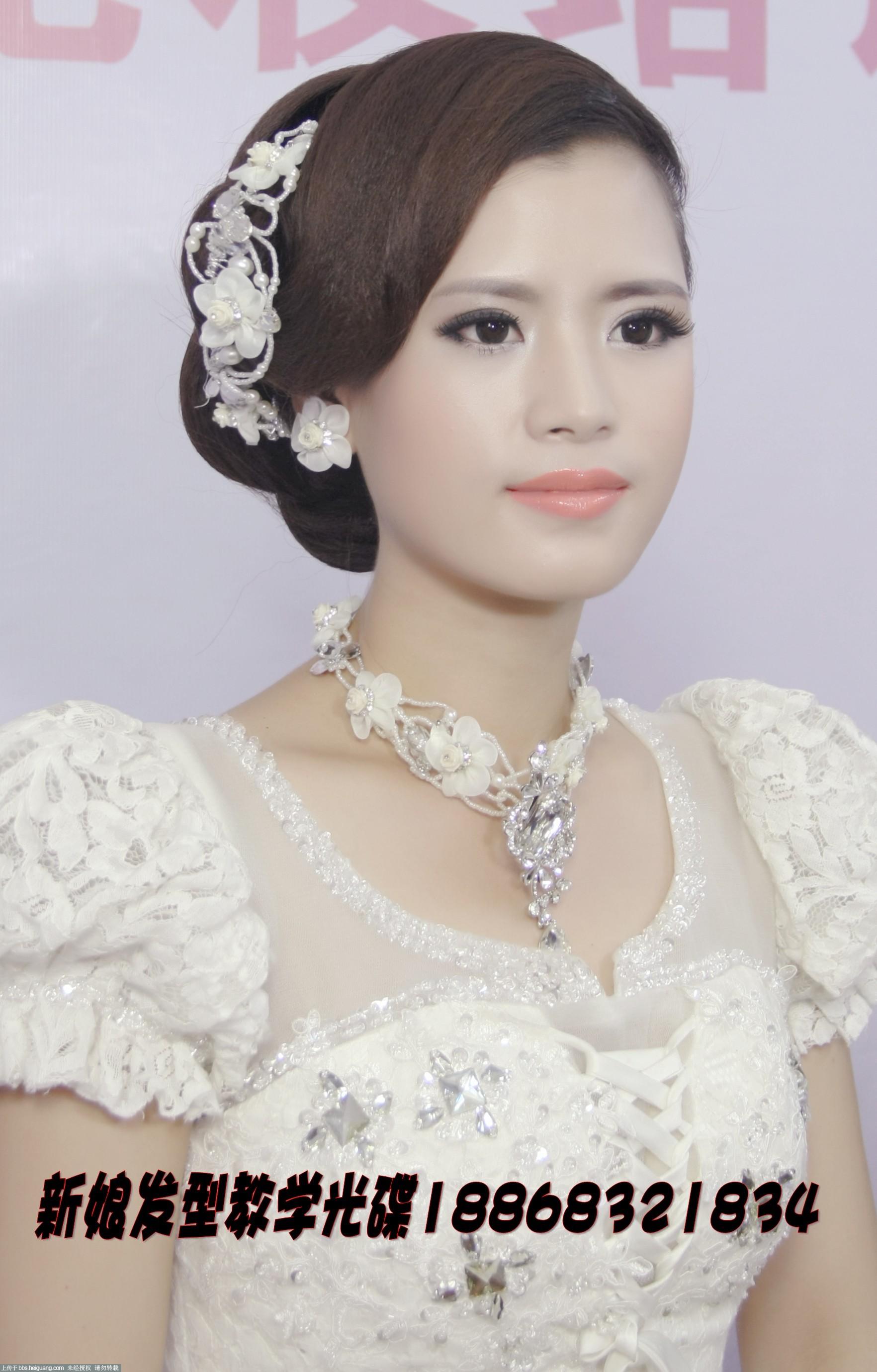 新颖时尚婚礼新娘跟妆发型图片