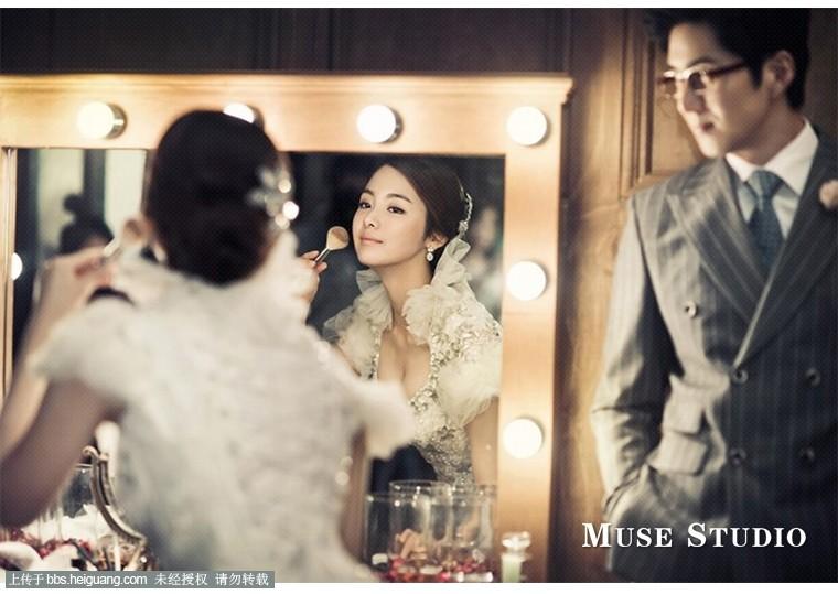 韩式的婚纱照的风格如同清新淡雅的风,让人身心放松,领导着婚纱摄影的流行趋势。生活化的场景、温馨的氛围、幸福感的流露是样照创作者关注的焦点,也是韩式婚纱照风格的主要特色。主要有两大类型:一是用光经典、构图严谨、画面唯美的传统婚纱照;二是贴近生活的清新烂漫的情节婚纱照。分享一直韩式婚纱照照片www.