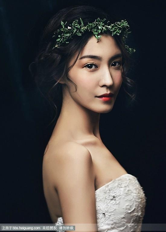 森女系新娘造型一直备受新人们的喜爱,在婚礼风格多元化的今天,新娘装扮也出现新元素,高发髻新娘盘发或披肩发都让新娘有更多的可塑空间,今天,新娘发型尝试用绿叶做头饰,让新娘森系味道浓重,所以,喜欢这种风格的MM可以看一下哦。