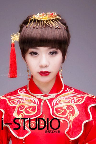 蕴含火热的红唇,中式含蓄的新娘发型,半掩的面庞,吹弹可破的新娘妆图片