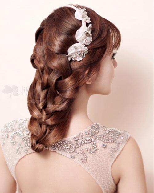 编发其实对发质的要求很高,稍微毛躁的头发都会影响编发的整体美感.图片