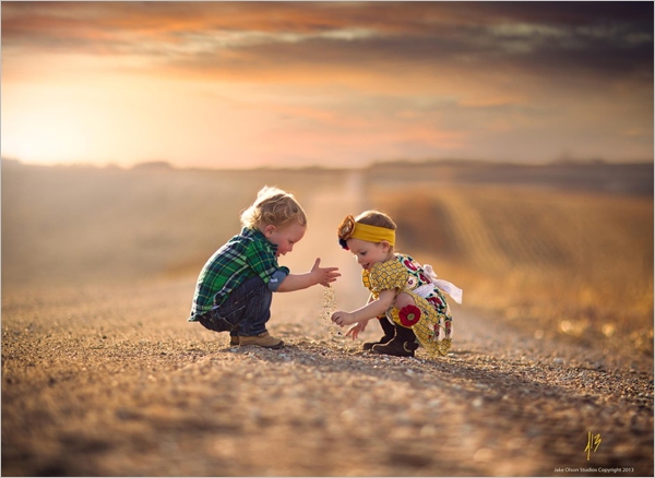 olson的儿童摄影作品中,温暖的金色阳光,甜蜜的微笑,无尽的乡间小路