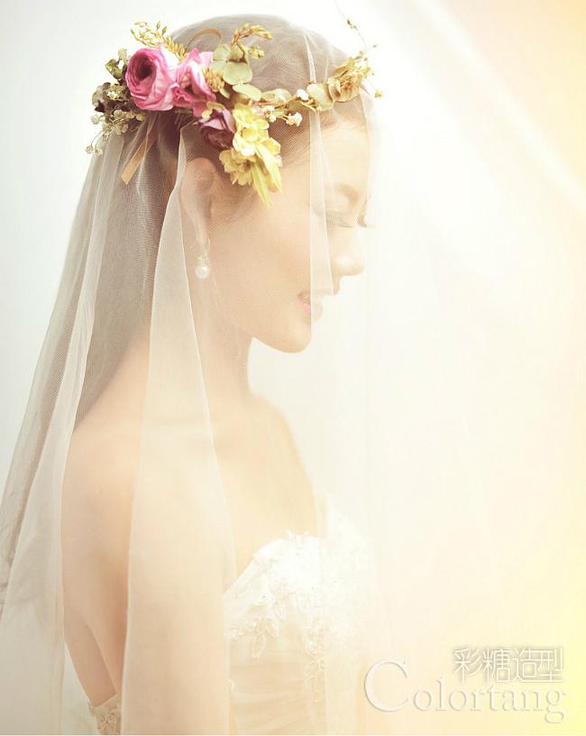 新娘鲜花造型-清新甜美新娘妆 鲜花点缀浪漫情结图片