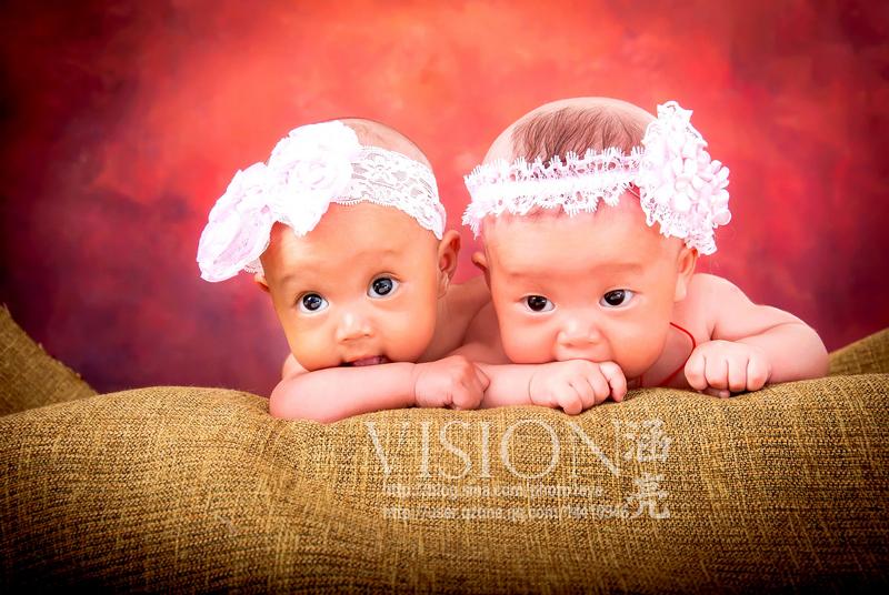 又拍大眼睛百天双胞胎姐妹花