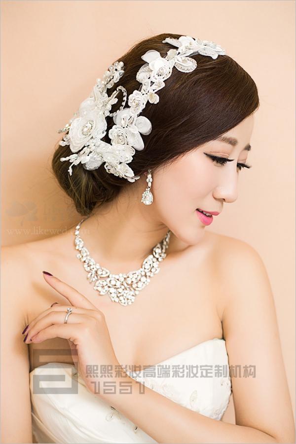 新娘妆容造型-满载时尚 夸张配饰展现简洁化妆造型图片