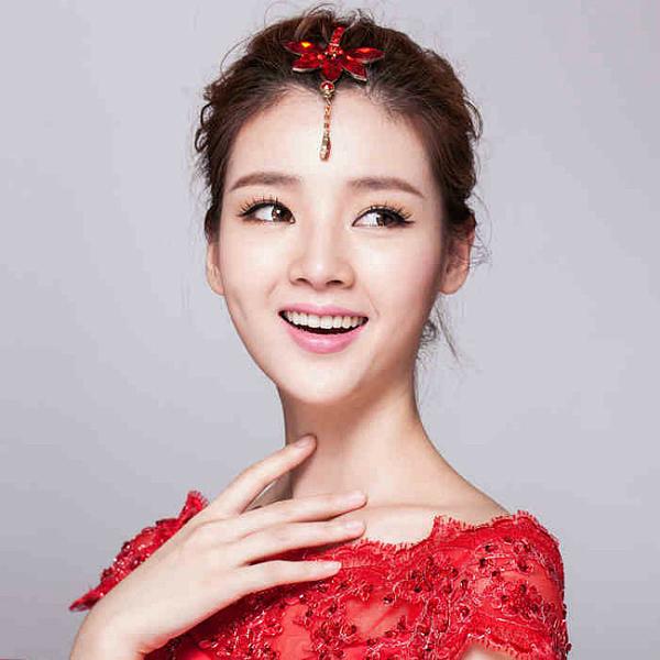 来源:朵拉仙妮婚纱礼服   中式新娘造型   中式新娘造型