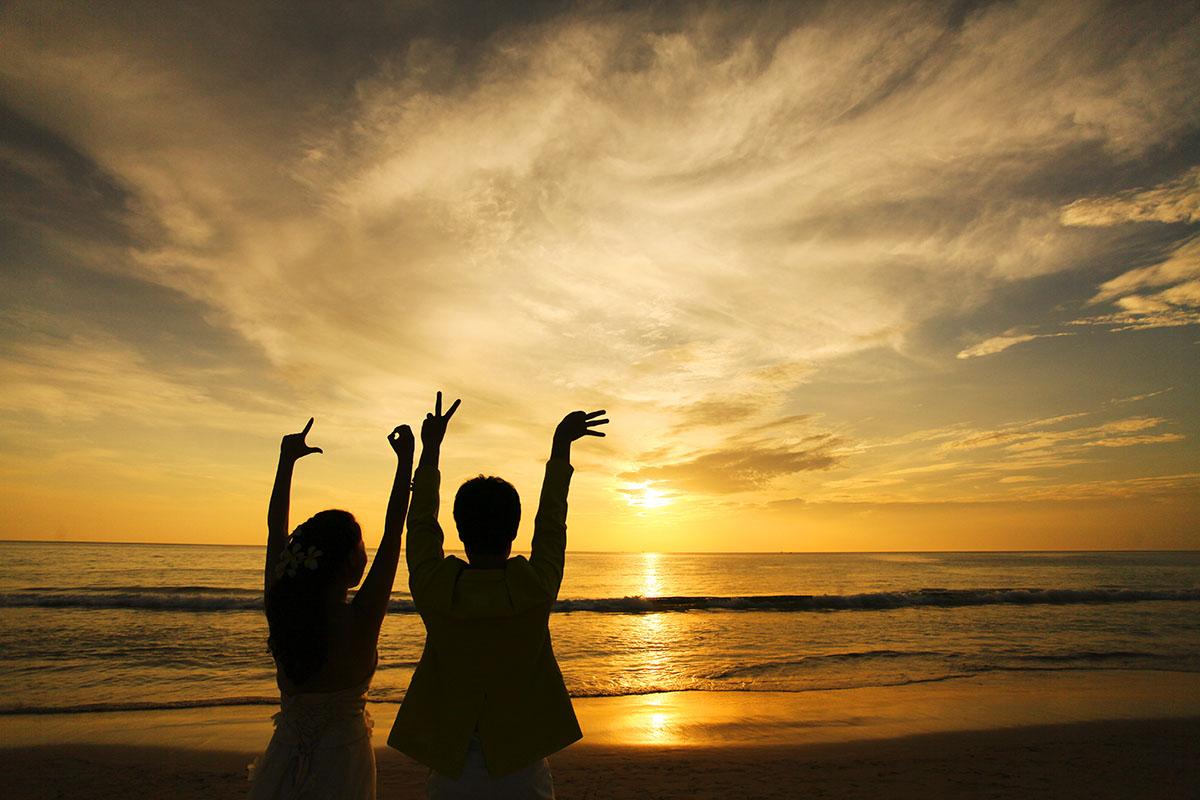 夕阳下拍摄的唯美婚纱照片欣赏