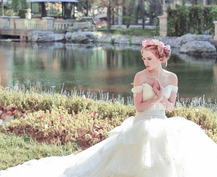 新娘鲜花造型-甜蜜手工花环打造丛林中的花仙子图片