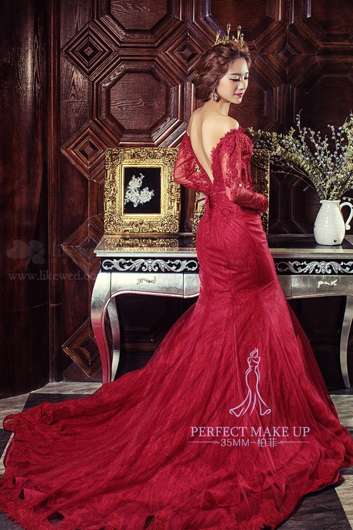 红色礼服新娘造型:女王皇冠