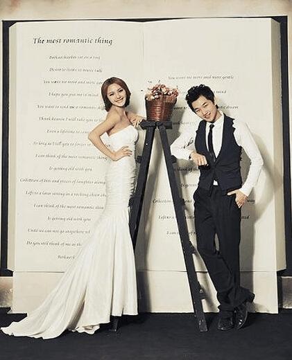 甜美的表情和造型设计,体现出8090新人们的个性和独特 韩式风格婚纱照