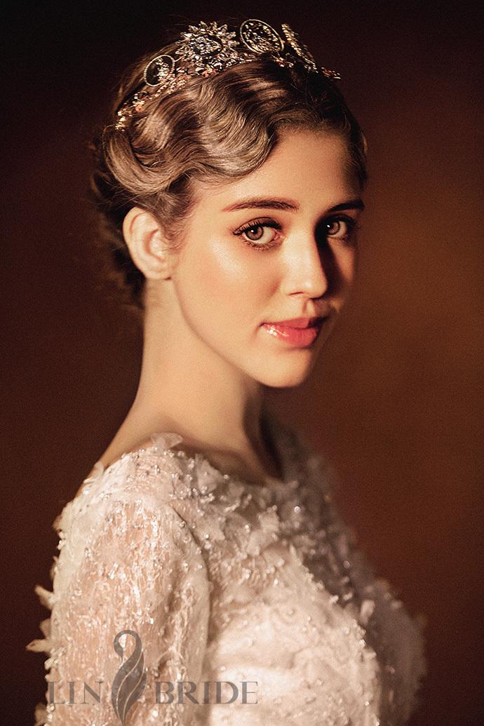 罗马风格新娘造型:在柔光中摇曳的复古风尚