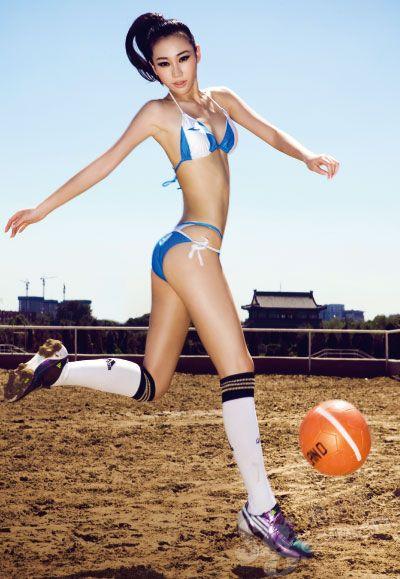 美女也爱踢足球