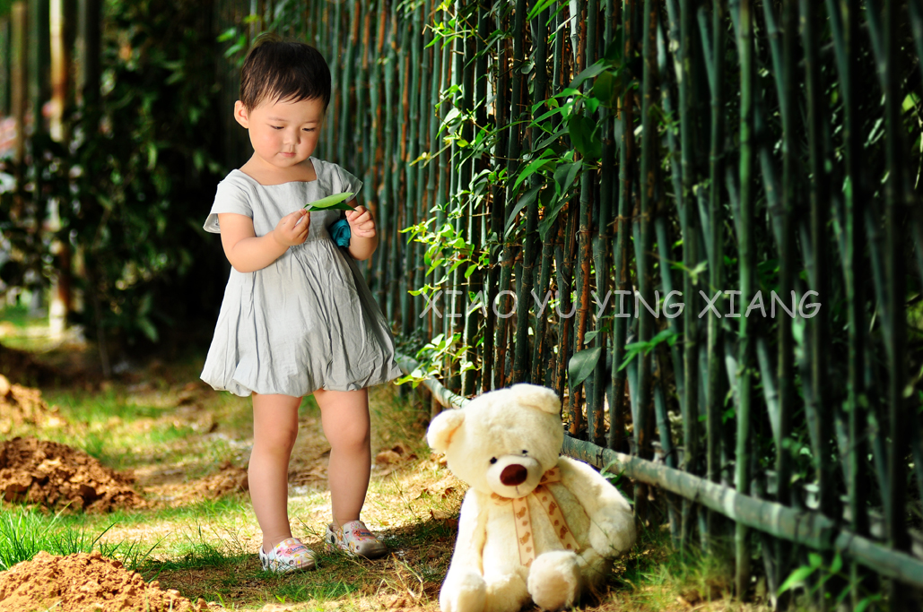 一个不愿意拍照的小朋友但很可爱